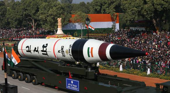 नई दिल्ली में 64वें गणतंत्र दिवस समारोह के दौरान राजपथ पर लंबी दूरी की बैलिस्टिक अग्नि-5 मिसाइल को प्रदर्शित किया गया।