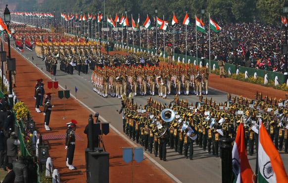 नई दिल्ली में 64वें गणतंत्र दिवस समारोह के दौरान राजपथ पर पैरामिलिट्री के जवानों ने बैंड मार्चपास्ट भी किया।