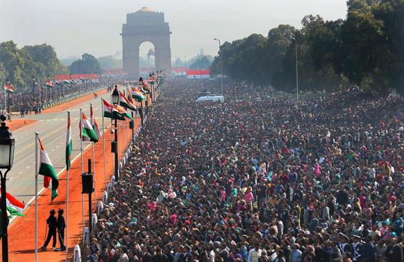 नई दिल्ली में राजपथ पर राष्ट्रपति भवन से इंडिया गेट के बीच 64वें गणतंत्र दिवस समारोह का विहंगम दृश्य।