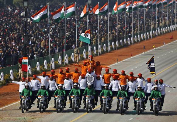 नई दिल्ली में 64वें गणतंत्र दिवस समारोह के दौरान राजपथ पर परेड में शिरकत करते राष्ट्रीय तिरंगा के परिधान में मिलिट्री मोटरसाइकिल स्टंट राइडर्स।