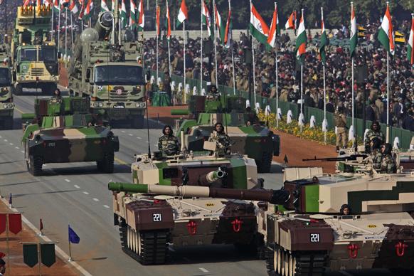 सैन्य ताकत : नई दिल्ली में 64वें गणतंत्र दिवस समारोह के दौरान राजपथ पर सेना ने युद्धक उपकरणों को प्रदर्शित किया।