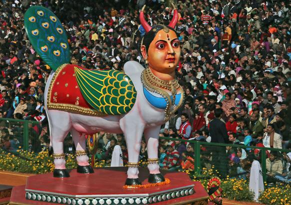 नई दिल्ली में 64वें गणतंत्र दिवस समारोह के दौरान कर्नाटक की झांकी में हस्तशिल्प कला का बेजोड़ नमूना पेश किया।
