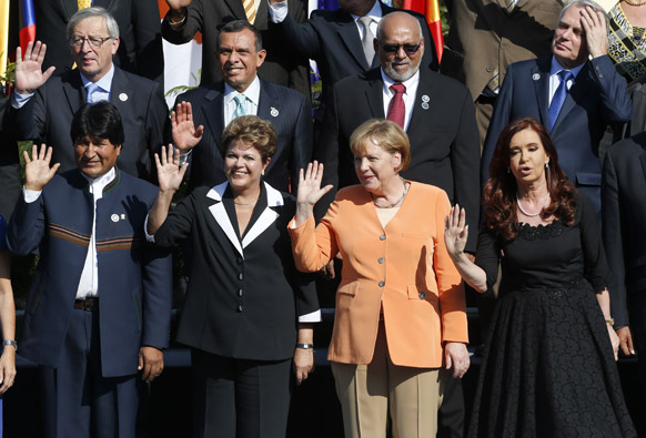 चिली के सेंटियागो में सीलेक-ईयू समिट के दौरान वोलीविया की राष्ट्रपति इवो मोरालेस, (अगली पंक्ति में बाएं से दाएं) ब्राजील की राष्ट्रपति डिलमा रूसफ, जर्मनी की चांसलर एंजेला मार्केल और अर्जेंटीना की राष्ट्रपति क्रिस्टीना फर्नांडीज।
