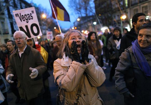 स्पेन की राजधानी मड्रिड में यूरोवेगास परियोजना के खिलाफ नारेबाजी कर प्रदर्शन करते प्रदर्शनकारी। प्रदर्शनकारी हाथों में 'नो वेगास' की तख्तियां भी लिए थे।