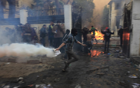 मिस्र की राजधानी काहिरा के तहरीर चौक पर प्रदर्शनकारियों को भगाने के लिए पुलिस ने आंसू गैस के गोले छोड़े।