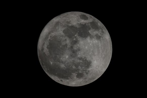 मास्को के नजदीक इदाहो से एक फोटोग्राफर ने अपने कैमरे में कैद किया संपूर्ण चंद्रमा की तस्वीर को।