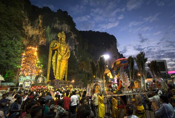 मलेशिया की राजधानी कुआलालम्पुर में थाइपुसम महोत्सव के दौरान बातू की गुफा में जुटी हिंदू श्रद्धालुओं की भीड़।