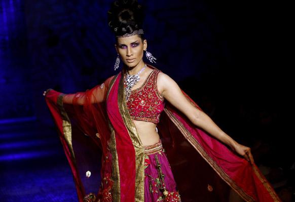 बैंगलोर फैशन वीक के दौरान डिजाइनर रमेश डिम्बला के क्रिएशन को प्रस्तुत करती मॉडल।