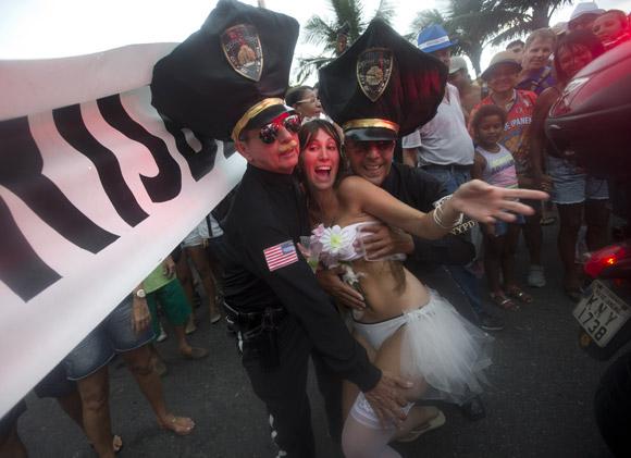 ब्राजील के रियो डि जेनेरो में प्री कार्निवल पेरेड के दौरान फोटो पोज देते प्रतिभागी।