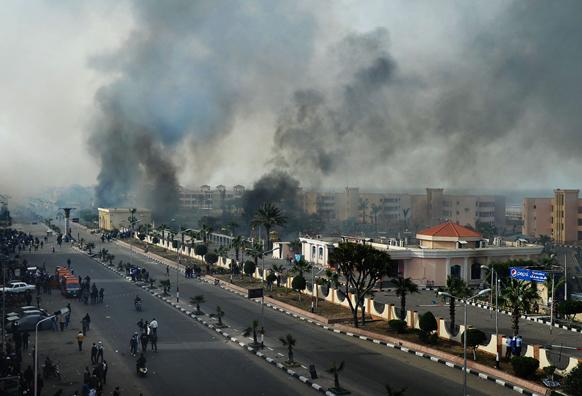 मिस्र के पोर्ट सईद में प्रदर्शनकारियों और पुलिस की झड़प के बाद आगजनी की वजह से उठते धुआं।