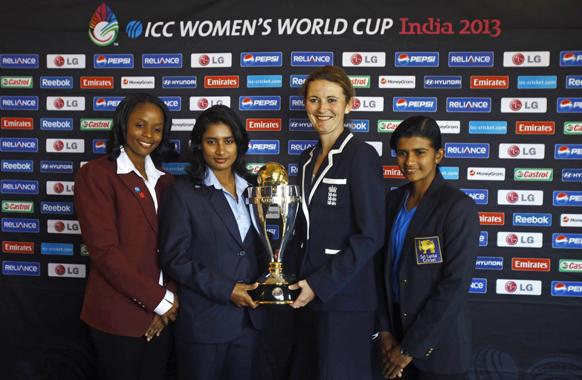 मुंबई में आईसीसी महिला क्रिकेट वर्ल्ड कप 2013 ट्रॉफी के साथ टूर्नामेंट में भाग लेने वाली टीमों की कप्तान।
