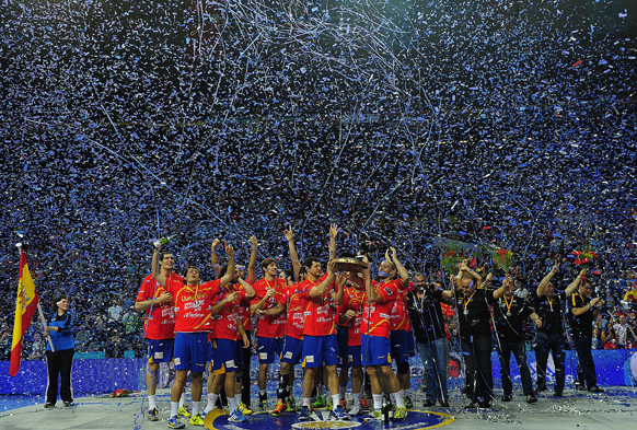 स्पेन के बार्सिलोना में हैंडबॉल वर्ल्ड चैंपियनशिप जीतने के बाद जश्न मनाते स्पेन के खिलाड़ी।
