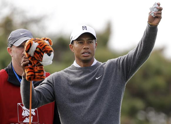 सेंडियेगो में फार्मर इंस्युरेंस ओपन गोल्फ टूर्नामेंट के दौरान टाइगर वुड्स।
