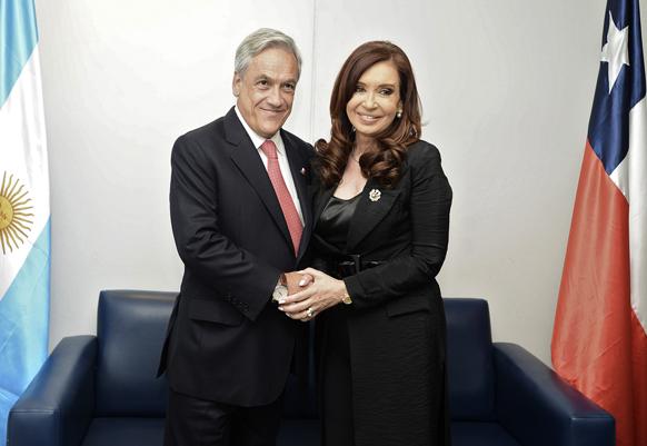 सेंटियागो में CELAC-EU इकॉनोमिक सम्मिट में द्विपक्षीय वार्ता के दौरान चिली के राष्ट्रपति सेबस्टियन पिनेरा और आर्जेंटीना की राष्ट्रपति क्रिस्टीना फर्नांडीज।