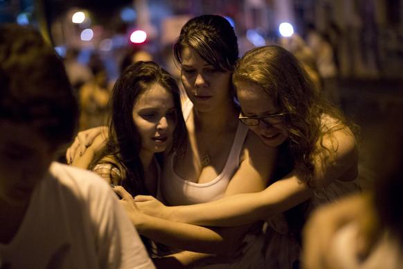 ब्राजील के संता मारिया शहर में किस्स नाइट क्लब में लगी आग में मारे गए लोगों की श्रद्धांजलि मार्च में हिस्सा लेते लोग।