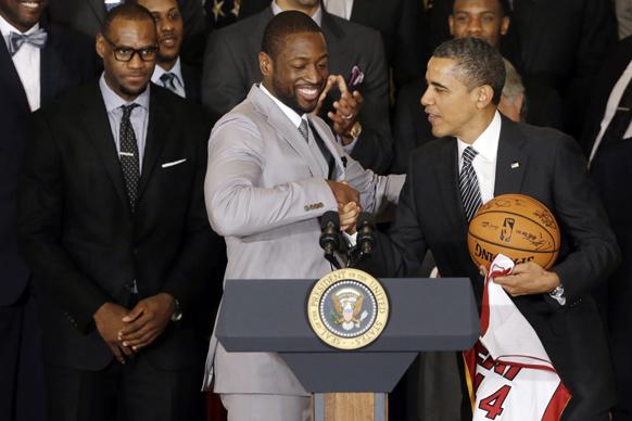 वाशिंगटन के व्हाइट हाउस में एनबीए चैंपियन्स मियामी हिट बास्केट बॉल टीम के खिलाड़ियों को सम्मानित करते अमेरिकी राष्ट्रपति बराक ओबामा।