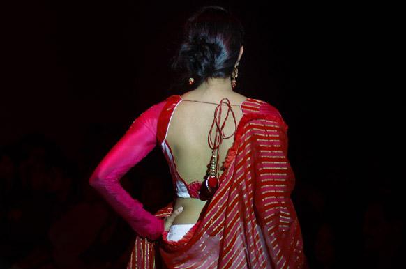 बैंगलोर फैशन वीक में डिजाइनर निखिल नाज के क्रिएशन को पेश करती मॉडल।