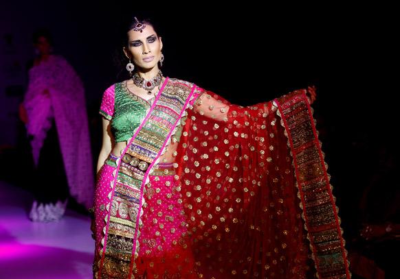 बैंगलोर फैशन वीक में डिजाइनर वंदना राज के क्रिएशन को पेश करती मॉडल।
