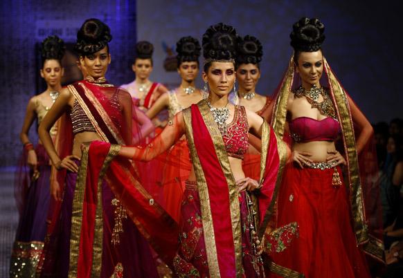 बैंगलोर फैशन वीक में डिजाइनर रमेश डेम्बला के क्रिएशन को पेश करतीं मॉडल्स।