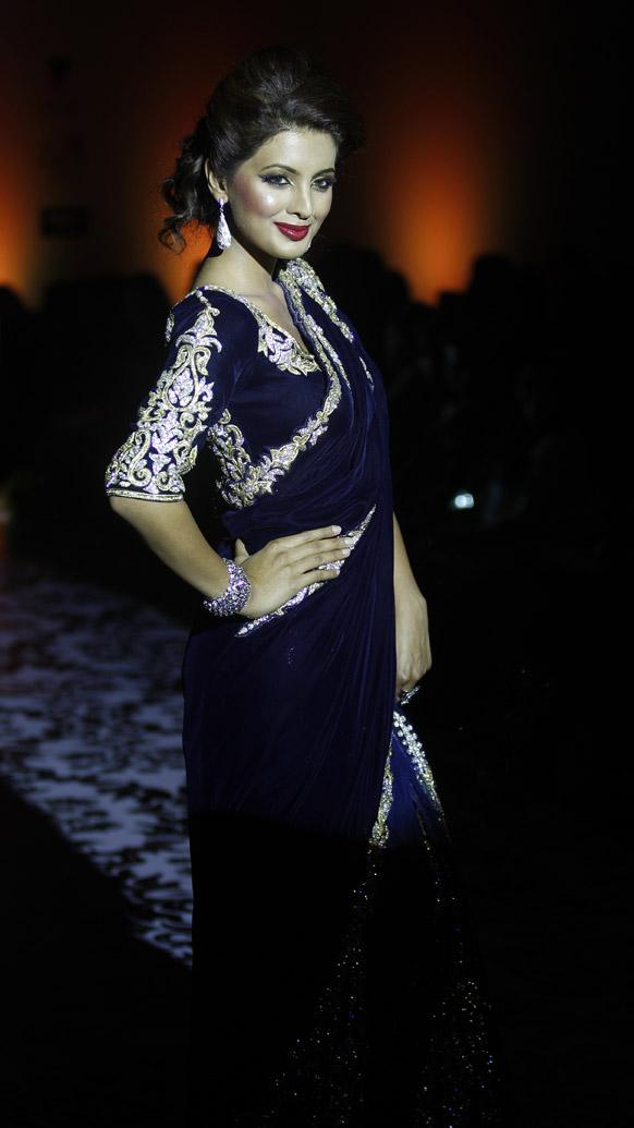 बैंगलोर फैशन वीक में डिजाइनर रमेश डेम्बला के क्रिएशन को पेश करती बॉलीवुड अभिनेत्री गीता बसरा।
