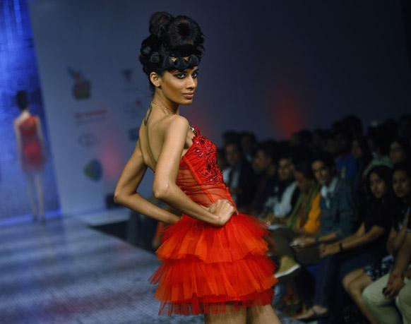 बैंगलोर फैशन वीक में डिजाइनर रमेश डेम्बला के क्रिएशन को पेश करती मॉडल।