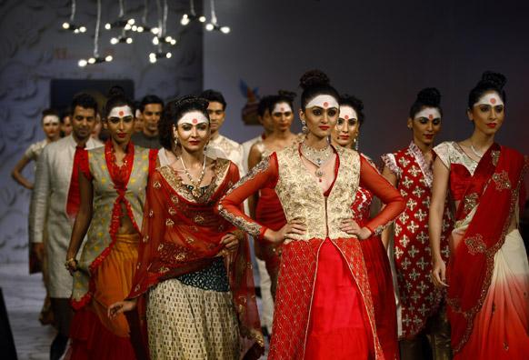 बैंगलोर फैशन वीक में डिजाइनर अभिषेक दत्ता के क्रिएशन को पेश करतीं मॉडल्स।