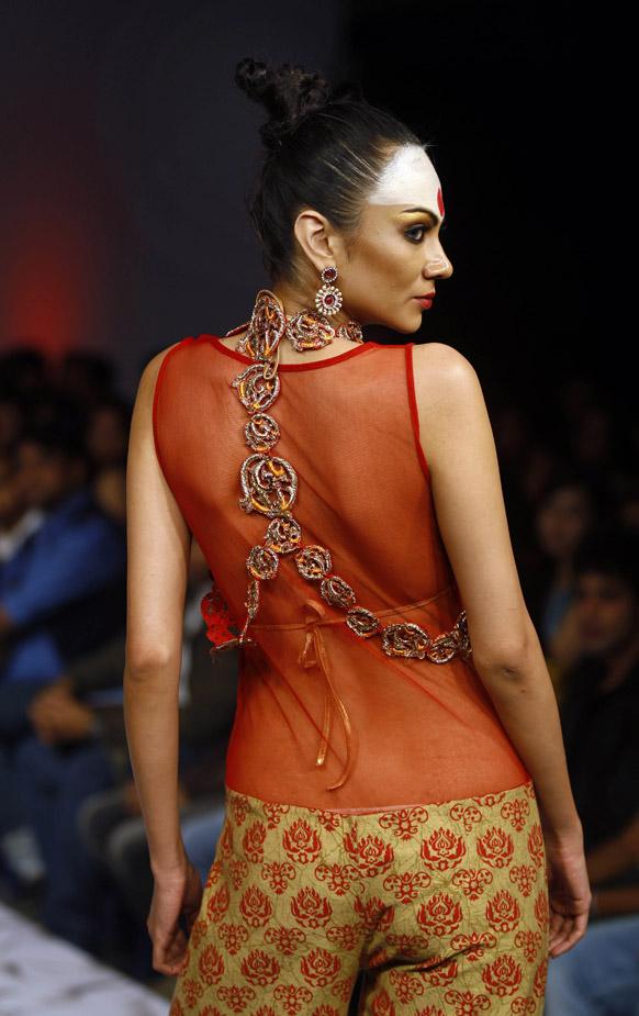 बैंगलोर फैशन वीक में डिजाइनर अभिषेक दत्ता के क्रिएशन को पेश करती मॉडल।