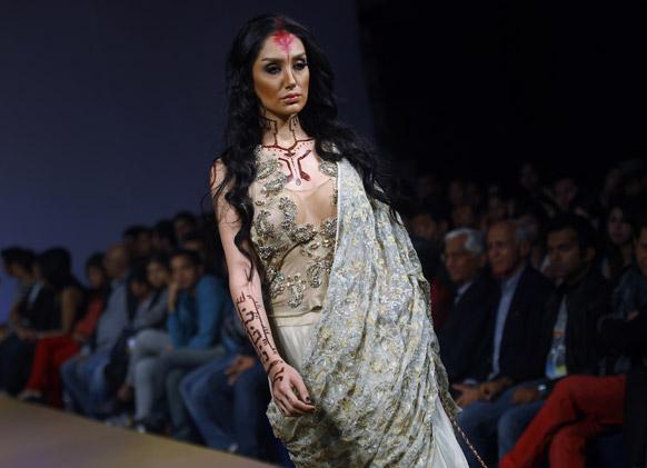बैंगलोर फैशन वीक में डिजाइनर रीना ढाका के क्रिएशन को पेश करती मॉडल।