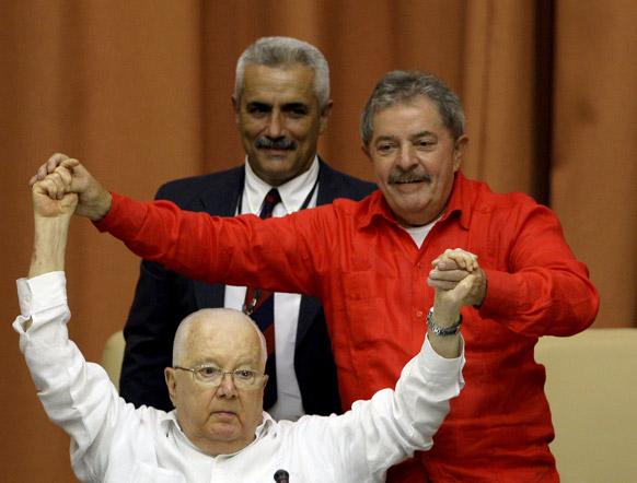 क्यूबा के हवाना में इंटरनेशनल कांग्रेस के समापन समारोह के दौरान अरमांडो हार्ट डावालोस के साथ ब्राजील के पूर्व राष्ट्रपति लुइज इनासियो लूला डि सिल्वा।