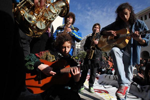 उत्तरी ग्रीक पोर्ट सिटी थेसालोनिकी में एक विरोध प्रदर्शन के दौरान छात्र गीत-संगीत में खोये हुए।