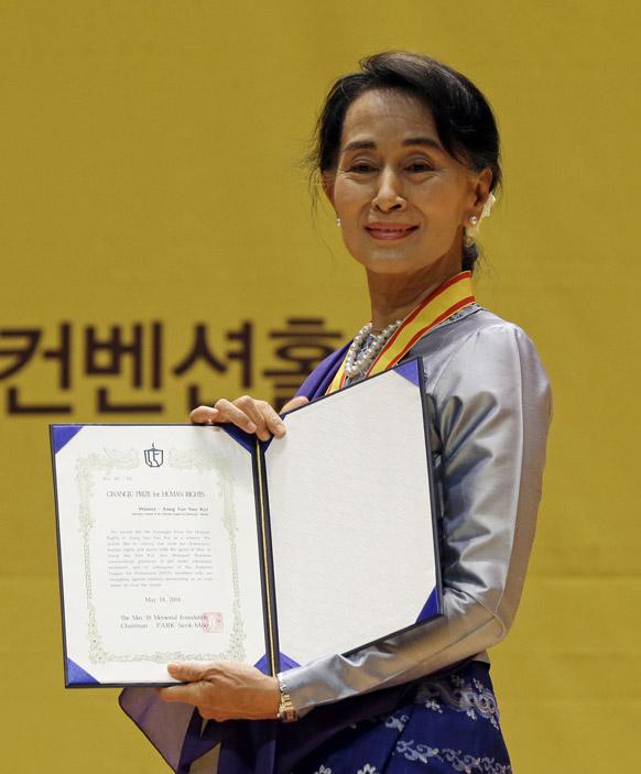 दक्षिण कोरिया के गुआंगजू में एक कार्यक्रम में मानवाधिकार से संबंधित अवार्ड लेने के बाद मीडिया को पोज देते हुए म्यांमार की विपक्षी नेता आंग सान सू ची।
