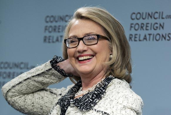 वाशिंगटन में 'विदेश संबंध परिषद में अमेरिका की लीडरशिप' पर बोलने से पहले मुस्कान की अदा बिखेरती अमेरिकी विदेश मंत्री हिलेरी क्लिंटन।