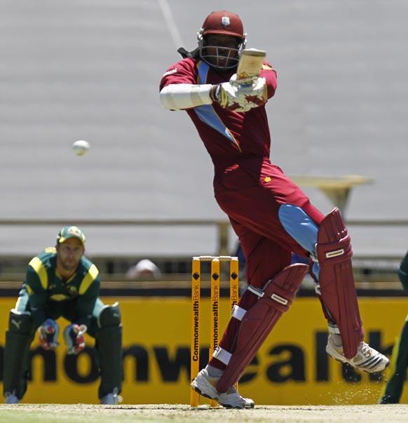 ऑस्ट्रेलिया के खिलाफ पर्थ में खेले गए एक दिवसीय इंटरनेशनल क्रिकेट मैच में एक गेंद पर बेहतरीन शॉट खेलते वेस्ट इंडीज के क्रिस गेल।
