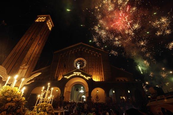 पनामा सिटी स्थित बसिलिक गिरिजाघर को कैथोलिक संरक्षक सेंट जॉन डॉन बॉस्को के सम्मान समारोह के लिए बिजली की रोशनी से सजाया गया है।