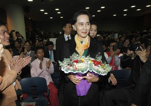 सियोल में दक्षिण कोरिया के पूर्व राष्ट्रपति किम देई जुंग की लाईब्रेरी में पहुंचने पर म्यामां की नेता प्रतिपक्ष आंग सान सू की का भव्य स्वागत किया गया।