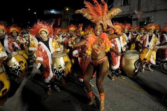 उरुग्वे में लास ललमाडास या द काल्स इन मोंटीवीडियो के परेड के दौरान लोगों का मनोरंजन करते कलाकार।