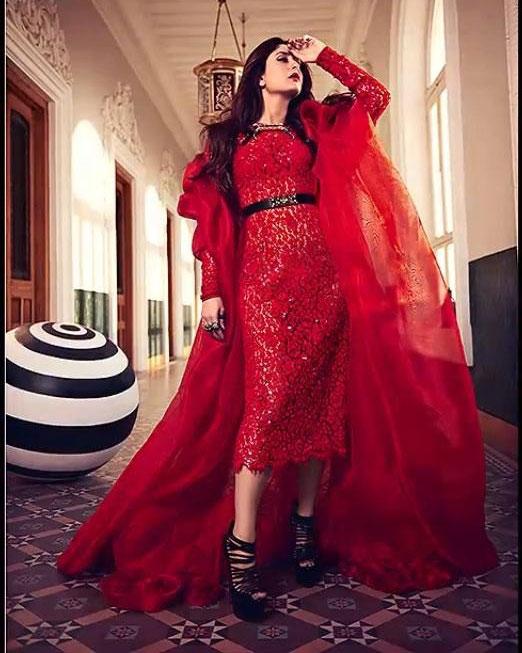 लाल रंग के लिबास में 'क्वीन' करीना कपूर।