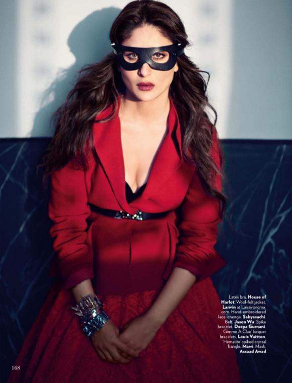 करीना ने लाल रंग के खूबसूरत ड्रेस और सुर्ख लाल होंठ के साथ आंखों पर मास्क भी लगा रखा है।