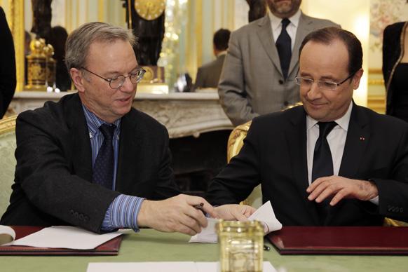 पेरिस में एक समझौते पर हस्ताक्षर करते गूगल के सीईओ एरिक एवं फ्रांस के राष्ट्रपति फ्रैंकोइस होलांद।