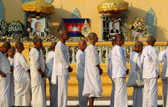 नोम पेन्ह में स्वर्गीय कम्बोडियन किंग नोरोडोम को श्रद्धांजलि देने के लिए कतार में बौद्ध भिक्षु।