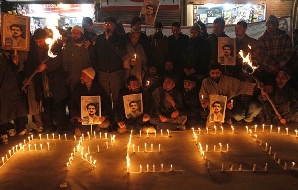 श्रीनगर में एक प्रदर्शन के दौरान कैंडल जलाते जम्मू एवं कश्मीर लिबरेशन फ्रंट (जेकेएलएफ) के समर्थक।