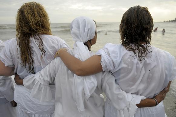 उरुग्वे में एक प्रार्थना सभा में शरीक होने के बाद श्रद्धालु।