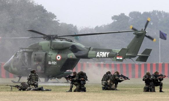 कोलकाता में एक मॉक ड्रिल का अभ्यास करते सेना के कमांडो।