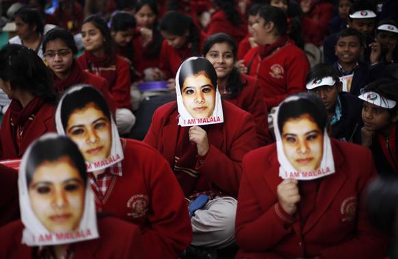 आम बजट में स्वास्थ्य एवं शिक्षा के लिए पर्याप्त राशि आवंटित करने की मांग को लेकर नई दिल्ली में मलाला यूसुफजई की तस्वीर चेहरे पर लगाकर प्रदर्शन करतीं छात्राएं।