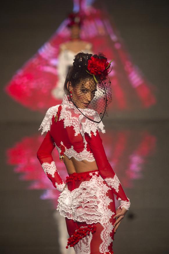 स्पेन के सेविल्ले में इंटरनेशनल फैशन शो के दौरान डिजाइनर रोजिलिया जहिनो के क्रिएशन को पेश करती मॉडल।