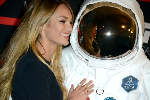 न्यू ऑर्लियंस में AXE अंतरिक्षयात्री के साथ मॉडल कैंडिक स्वानेपोएल।