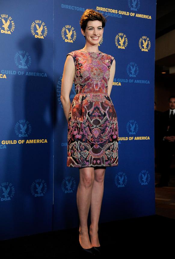 लॉस एंजिल्स में अभिनेत्री अन्ने हथवे 65वां डायरेक्टर गिल्ड अमेरिका अवॉर्ड में फोटो शूट के लिए पोज देती हुईं।