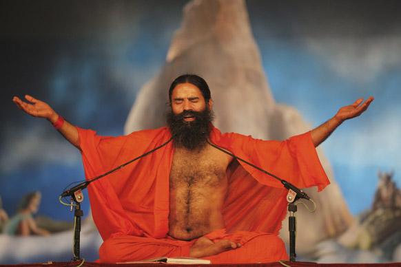 इलाहाबाद में महाकुंभ मेले के दौरान संगम पर बाबा रामदेव योगा करते हुए।