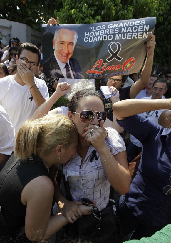 पराग्वे में राष्ट्रपति पद के दिवंगत प्रत्याशी लिनो ओविडो के लिए कोफीन नहीं मिलने पर गुस्से का इजहार करते लिनो के समर्थक।