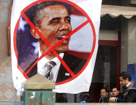 मिस्र की राजधानी काहिरा में तहरीर चौक पर अमेरिकी राष्ट्रपति बराक ओबामा की तस्वीर कुछ यूं लगाई गई है।
